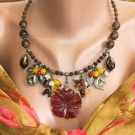 Колье ручной работы в ягодном стиле с натуральным агатом, сердоликом, рудракшей, бусинами сандалового дерева