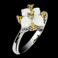 Серебряное кольцо 925 пробы с натуральным перламутром и желтым сапфиром Размер 18,5